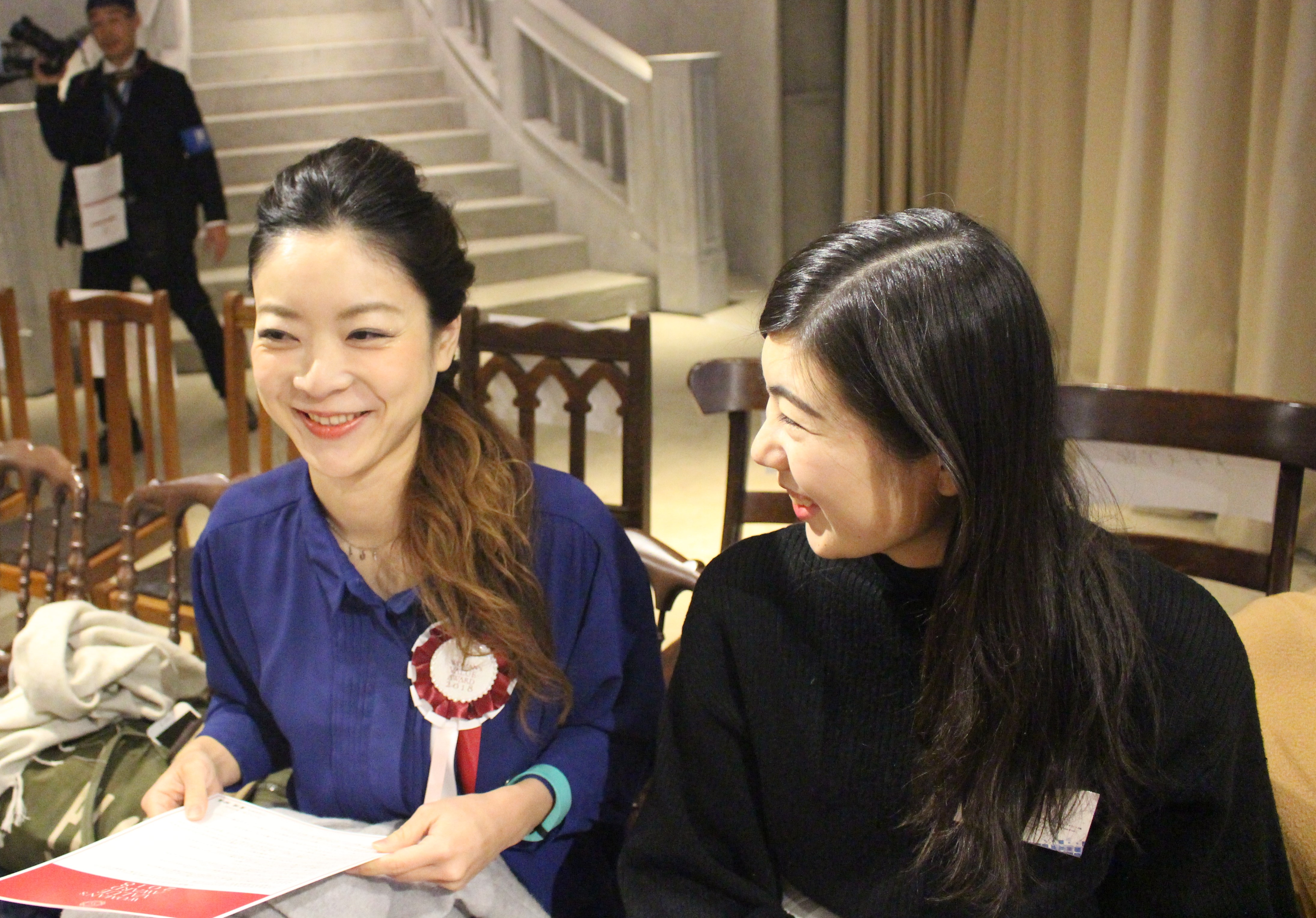 授賞式に参加していた広報の平山さん(左)人事の荒木さん(右)